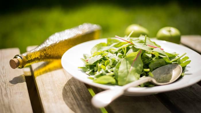 Fižolova solata z zgodnjo divjo zelenjavo