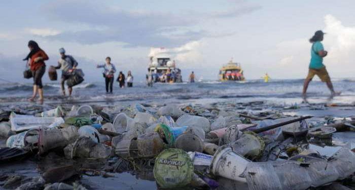 Plastična vrečka, ki jo potrebujemo le nekaj minut, razpada stoletja