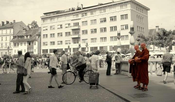 Budistični menihi miloščinarji 2