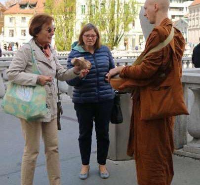 Budistični menihi miloščinarji