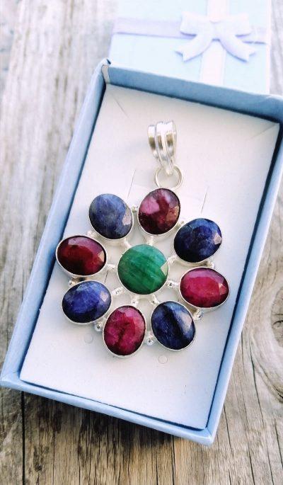 Obesek safir, rubin in smaragd 1